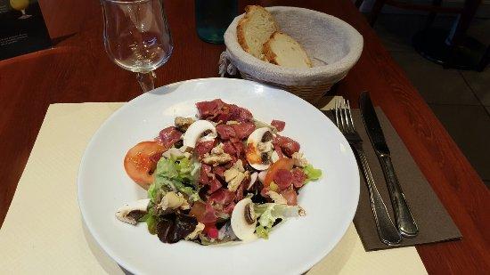 Flers, Frankrike: Salade gesiers copeaux foie gras et pavé virois sauce camembert dans le menu du jour à 14,90!!!