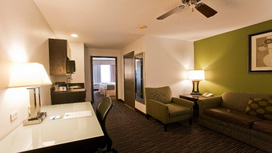 Riverwoods, IL: Relax in your Suite Living Room Area