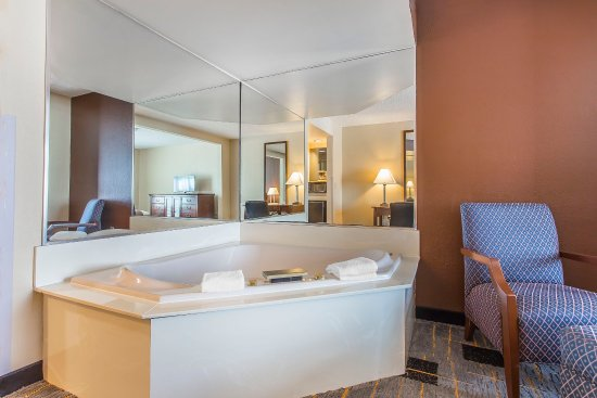 Quality Inn & Suites: Room With Whirlpool Bath