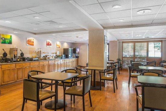 Quality Inn & Suites : Breakfast Area