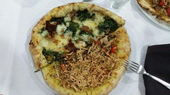 Solarino, Italy: Ottima pizza col bordo ripieno