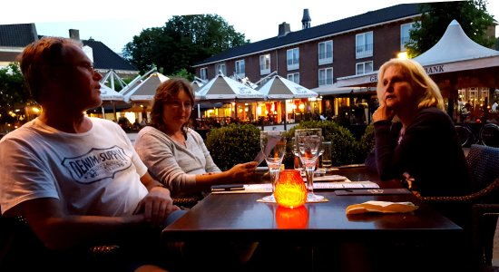 Doetinchem, Países Bajos: Waiting for the meal, having a drink (men: Brugse Zot beer, women: white wine).