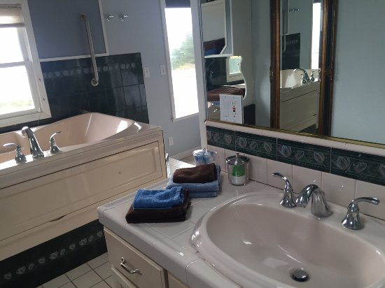 Mendocino Seaside Cottage: Bathroom and Jacuzzi