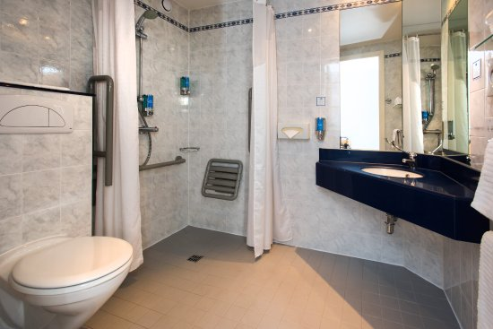 Llandarcy, UK : Our accessible en-suites are designed for wheelchair users