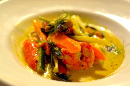 Mazan, Francja: Nage de lotte ,gambas aux moules et coques safranée petits légumes