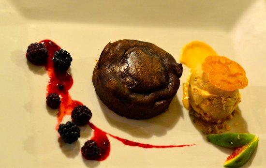 Mazan, Fransa: Tarte chaude fondante au chocolat noir, glace caramel