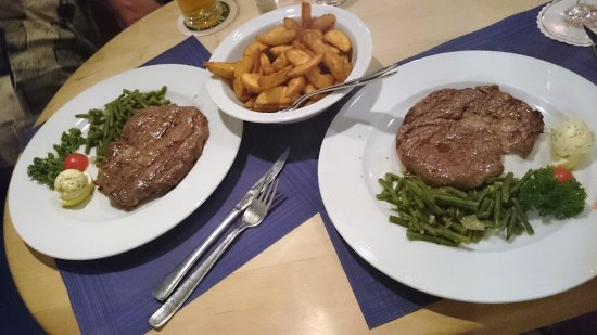 Gundelfingen, Duitsland: Steak, fresh green beans and fried potatoes.