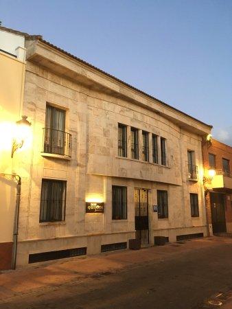 Miguelturra, España: Fachada del hotel y vistas desde su puerta principal