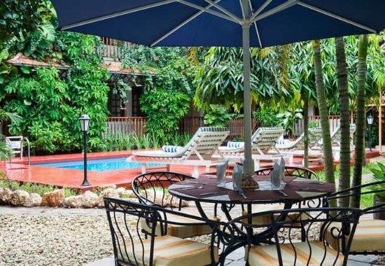 Protea Hotel by Marriott Dar es Salaam Courtyard: Pool Garden