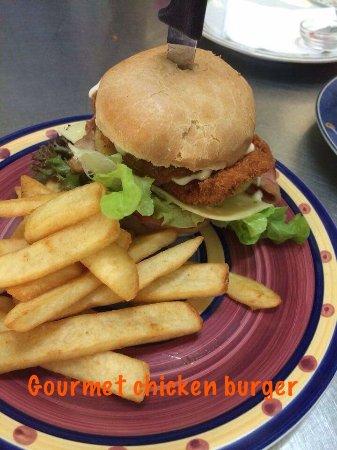 Esk, Австралия: Chicken schnitzel burger