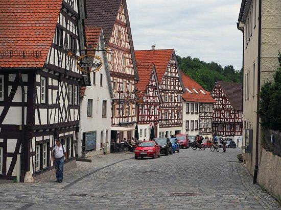 Trochtelfingen, Germany: Die Gasse mit dem Café Hafner, beim 3. Haus mit Sonnenstoren
