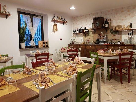 San Terenziano, Italien: De open-keuken-sfeer waar wij zo van houden...