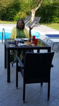 Vanessa House: Enjoying breakfast by the pool, nice bright, cool day