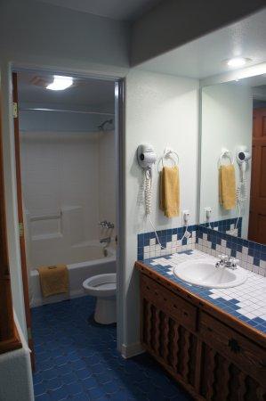 Cameron Trading Post Grand Canyon Hotel: Petite salle d'eau, avec les lavabos à coté, attenant à la chambre.