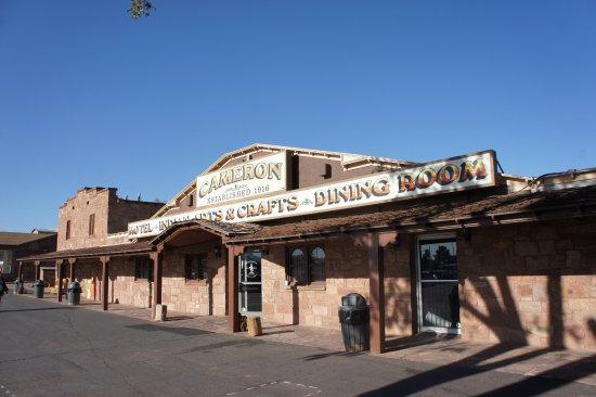 Cameron Trading Post Grand Canyon Hotel: L'accueil avec la réception, la boutique (très grande) et le restaurant