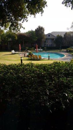 Protea Hotel by Marriott Midrand: piscina dalla mia stanza