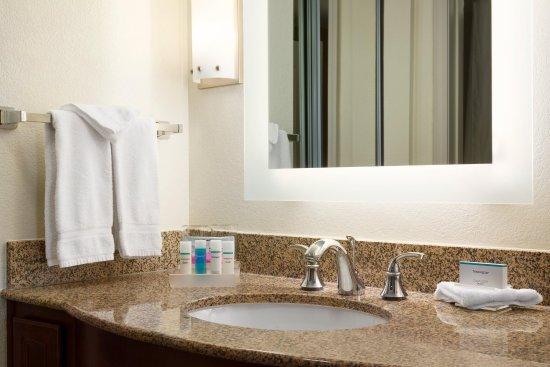 Englewood, CO: Suite Bathroom