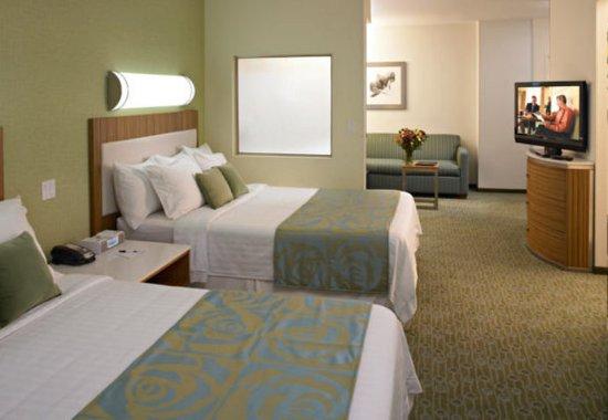 Brentwood, MO: Queen/Queen Guest Suite