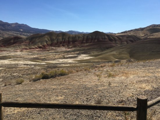 Dayville, Орегон: October view from Painted Hills Overlook at noon.