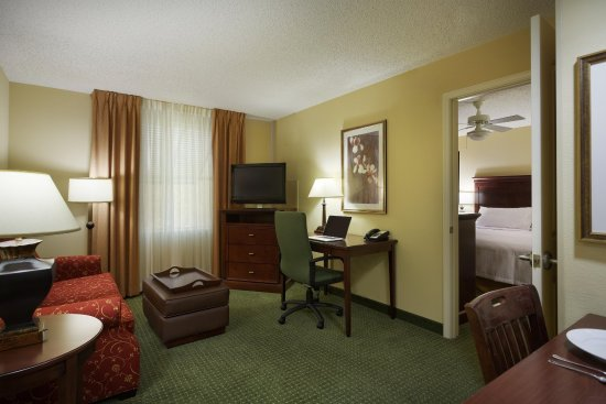Homewood Suites Tampa Airport - Westshore: Suite Living Area