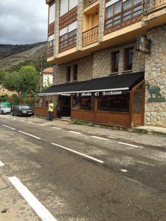 Oseja de Sajambre, España: Entrada y comedores Mesón El Arcediano