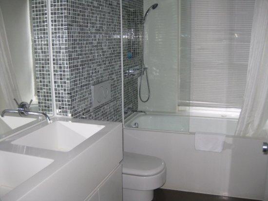 V Wanchai Hotel: Bathroom 2 deep sinks, deep tub and shower
