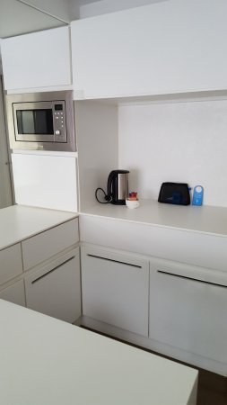 V Wanchai Hotel: Kitchen Area: microwave, mini fridge, kettle, dishes