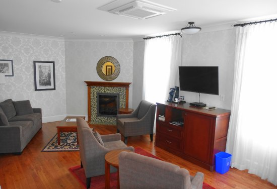 Hume Hotel & Spa: Barristers Suite Living room area