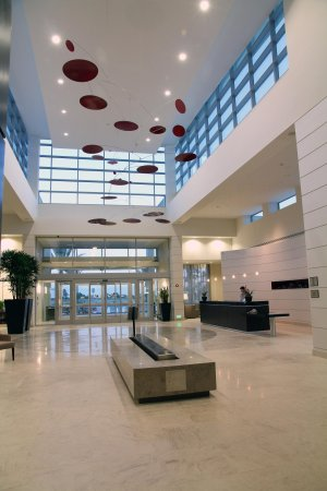 Embassy Suites by Hilton Ontario-Airport: Atrium