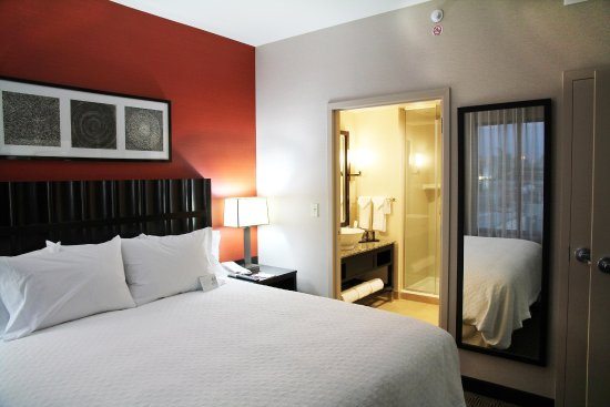 Embassy Suites by Hilton Ontario-Airport: King Suite Bedroom