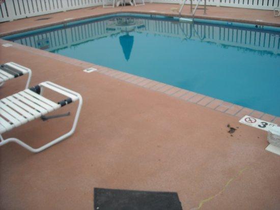 Baymont Inn & Suites Rocky Mount North Battleboro : Dark greenish blue..can't see the bottom
