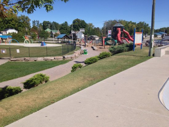 Madoc, Canadá: The splash pad and playground.