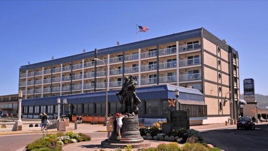 Shilo Inn Suites Hotel - Seaside Oceanfront: Standing on the turnabout facing Shilo Inn.