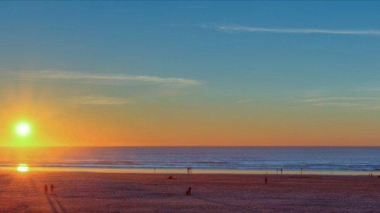 Shilo Inn Suites Hotel - Seaside Oceanfront: Sunset on the beach.