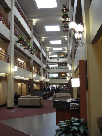 Lakewood, CO: view of the 4 floors, front desk to the right, dining room in center