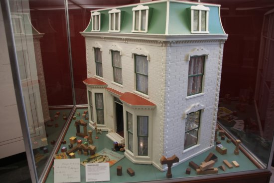 Fremont, OH: Very interesting display of dollhouses belonging to Haye's Daughter