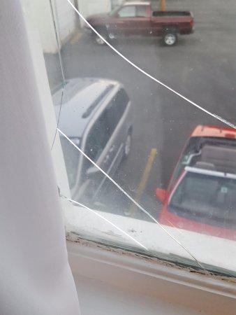 Days Inn Lincoln: Window - broken glass