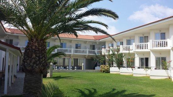 Chryssana Beach Hotel: Blick aufs Hotelgelände.