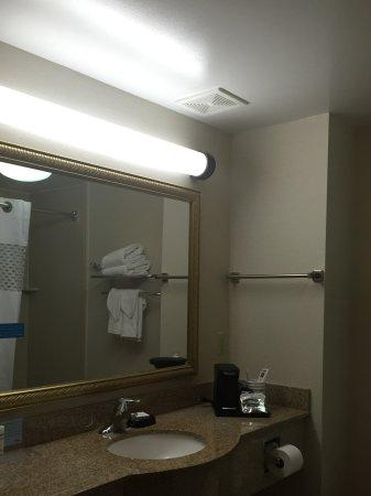 هامبتون إن أوبيرن: lighting could be brighter-more natural