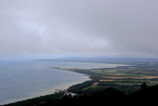 Saroma-cho, Giappone: サロマ湖展望台にて:南側に知床半島が
