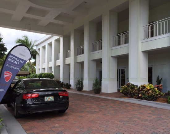 Provident Doral at The Blue Miami: Main Hotel entrance to Lobby Areas: simple, unpretentious and separate from Rooms buildings !