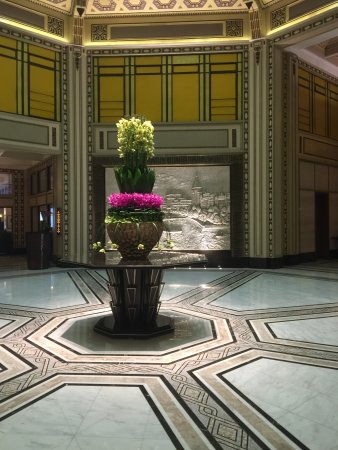 Fairmont Peace Hotel: Beautiful flower arrangement in the foyer