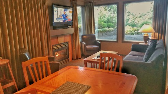 Nanoose Bay, Canadá: Nice dining table across from kitchen. Beautiful draperies.