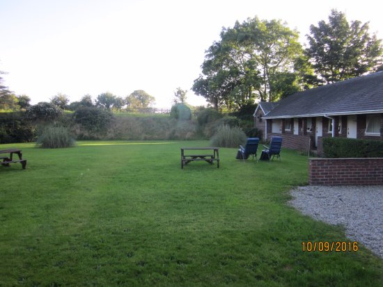 The Stables Guest Accommodation: Rear garden and more rooms