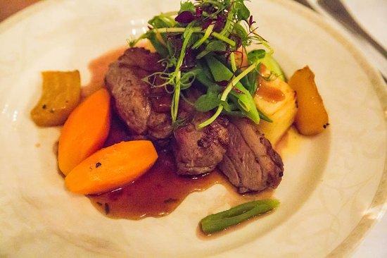 Washingborough, UK: Dinner with lamb, fresh vegetables and gratin dauphinois
