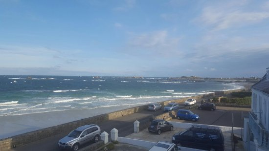 Cobo Bay Restaurant & Beach Terrace: Cobo Bay - Great outlook to wake up to