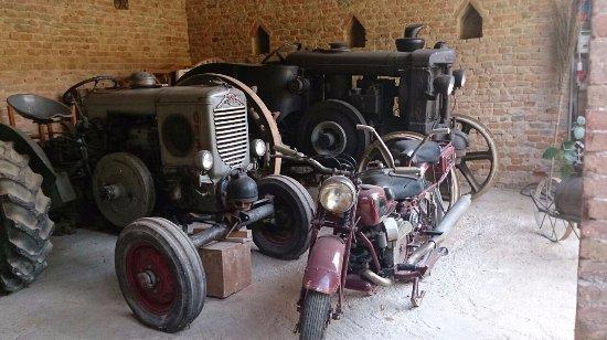Castagnole Lanze, Italia: alte Traktoren