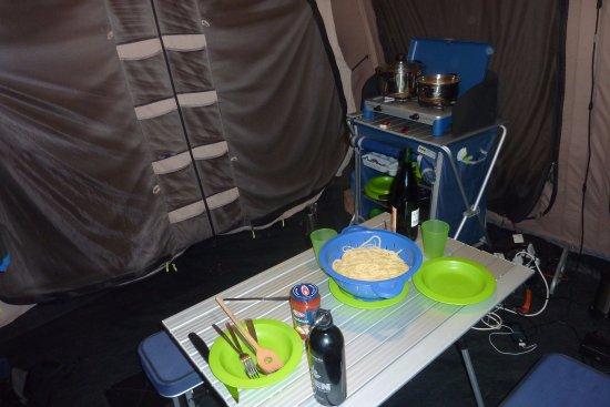 Camping Des Glaciers: Opholdsrum, campingbord og gasblus