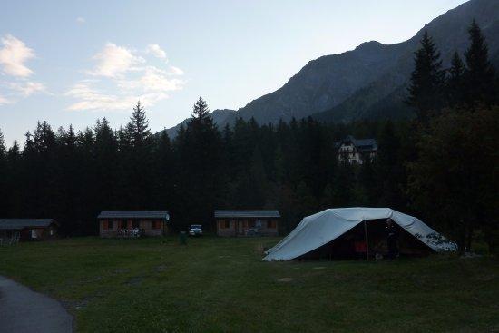 Camping Des Glaciers: Teltet er solidt overdækket, så regnvejr er ikke et problem. Har campingstole under udhæng.