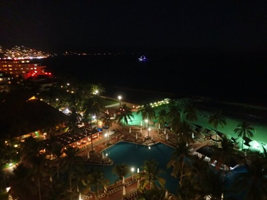 Sheraton Buganvilias Resort & Convention Center: Night  time view from  Club  level - real quiet and nice.
